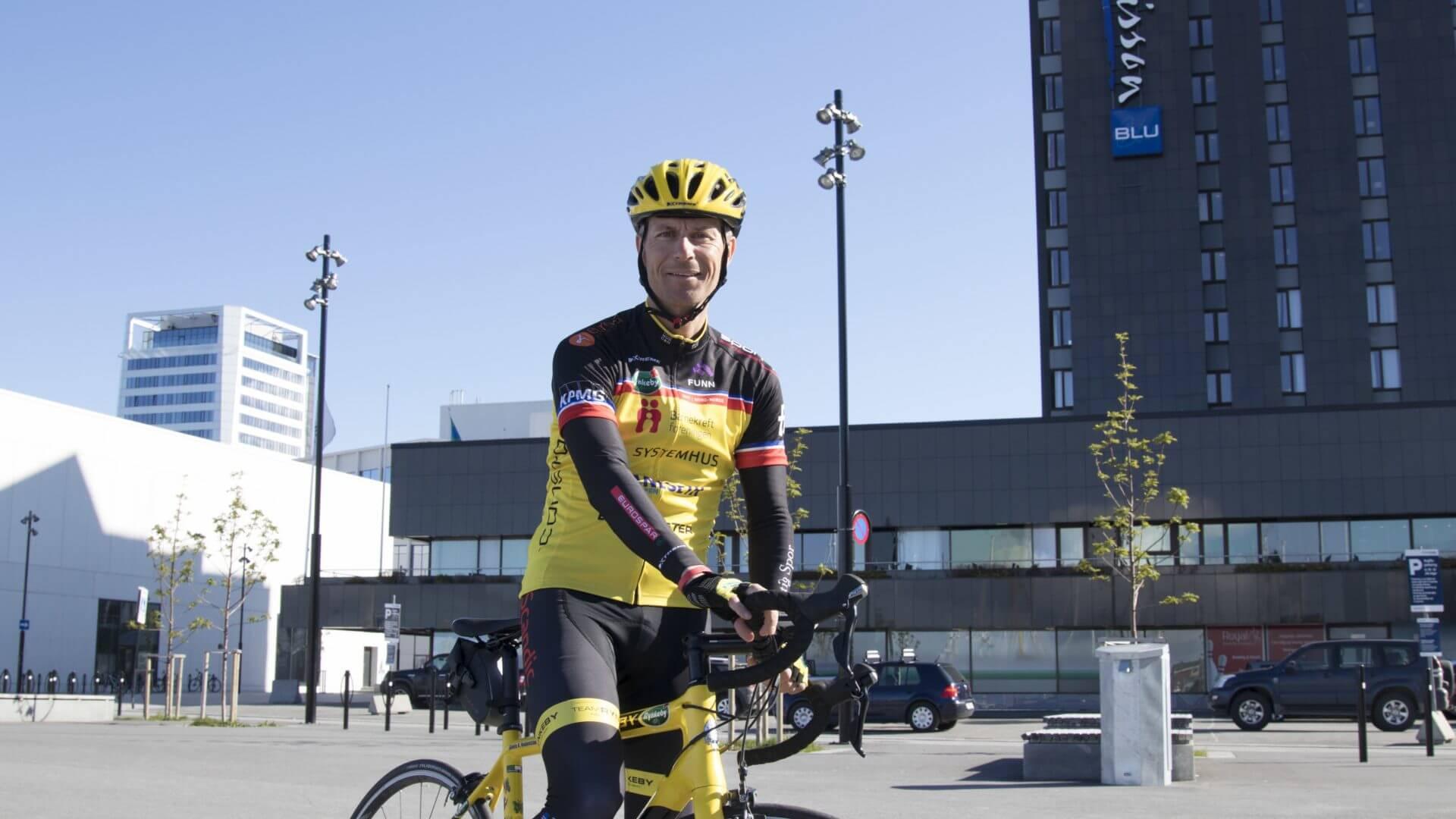 Svein Hedenstad er én av syklistene i Team Rynkeby som samler inn millioner til Barnekreftforeningen. Et tiltak vi i Riktig Spor støtter på alle måter. Foto: Jan Eskil Severinsen
